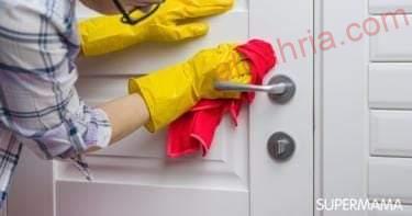 صورة طريقة تنظيف الأبواب الخشب