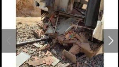"""صورة بالصور.. تصادم """"جرار إمداد"""" بقطار في أسوان.. ومصدر: 5 إصابات خفيفة بين الركاب"""