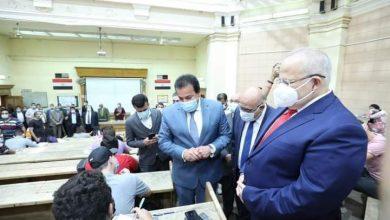 صورة وزير التعليم العالي يتفقد لجان امتحانات نهاية العام الدراسى بجامعة القاهرة .