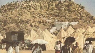 صورة رجلان حجا بيت الله الحرام وأثناء العودة